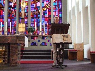 Schulseelsorgerin Anne Nau leitete den Gottesdienst. Foto: SMMP/Hofbauer