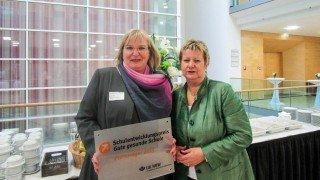 Jetzt ist sichergestellt, dass auch Schulministerin Sylvia Löhrmann (rechts) das Placida-Viel-Berufskolleg kennt. (SMMP/Inga Gerlings)
