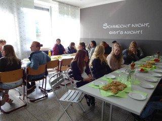Die Kinderpfleger-Oberstufe lud die Unterstufe zum Frühstück ein. Foto: SMMP/Schweda