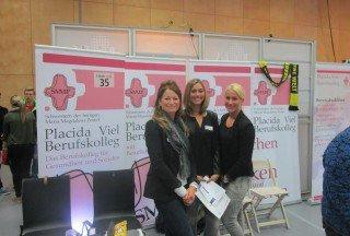 Gemeinsam am Messestand: Lehrerin Dorothea Pietrzak mit ihren Schülerinnen.