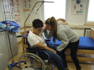 Die Studierende Ye Yang (r.) zeigt, was sie bei Sandra Wiegand (l.) gelernt hat. Foto: SMMP/Hofbauer