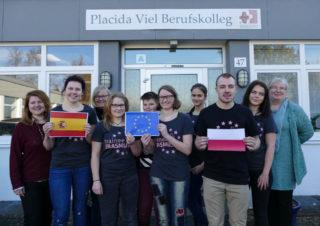 """Schulleiterin Gaby Petry (r.) sowie die Erasmus-Koordinatorinnen Kathrin Kreutzkamp (l.) und Ulrike Lowe (3. v.l.) wünschten """"Gute Fahrt!"""". Foto: SMMP/Hofbauer"""