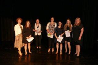 Gaby Petry (r.) und Kerstin Kocura gratulierten den Schülerinnen mit Bestnoten (v.l.): Rosalie Gruschka, Yvonne Huybers, Sophia Wolkewitz, Felina Enginler und Sophia Robbers. Foto: SMMP/Hofbauer