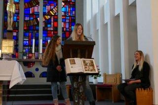 Lea Schneider (vorne) und Lara Maria Rath gehören zur Gottesdienst-AG, die den weihnachtlichen Gottesdienst gemeinsam mit Lehrerin Chantal Köhler (rechts) gestaltete. Foto: SMMP/Hofbauer