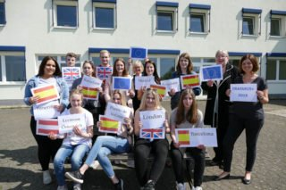 Europa erkunden! Schulleiterin Gaby Petry (2. v. r.) freute sich zusammen mit den Erasmus+-Beauftragten Ulrike Lowe (hinten Mitte) und Lena Bell (rechts) für die Schülerinnen und Schüler. Foto: SMMP/Hofbauer