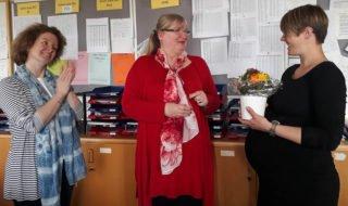 Schulleiterin Gaby Petry (Mitte) und ihre Stellvertreterin Kerstin Kocura (l.) verabschiedeten Claudia Große Gehling in den Mutterschutz. Foto: SMMP/Hofbauer