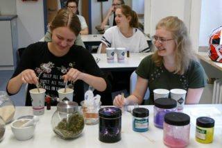 """Trockener Chemieunterricht? Nein, die """"Placida""""-Schülerinnen stellten Seife her! Foto: SMMP/Hofbauer"""