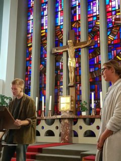 Chantal Köhler erhielt bei der Gestaltung viel Unterstützung von der Gottesdienst-AG, wie hier von Jonas Frai. Foto: SMMP/Hofbauer(0)