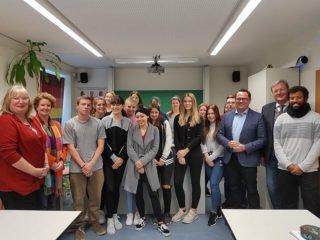 Marco Voge, MdL (3.v.r.) informierte sich bei den Schülerinnen und Schülern wie hier bei der AHR 11a. Foto: SMMP/Hofbauer