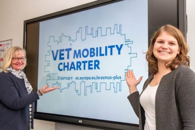 Freuen sich über die Auszeichnung mit der Erasmus Mobilitäts-Charter: Ulrike Lowe und Anne Thiele (v.l.), verantwortlich für die Koordination des Programms am Placida-Viel-Berufskolleg in Menden. Foto: SMMP/Ulrich Bock