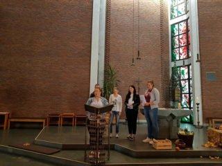 Für die Kinder des St.-Paulus-Kindergartens gestalteten die angehenden Erzieherinnen und Erzieher einen Gottesdienst. Foto: SMMP/Schweda