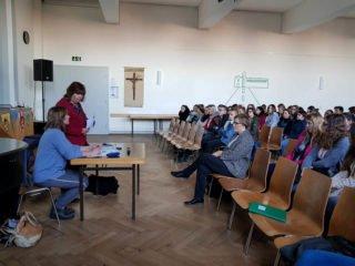 Die angehenden Erzieher sowie Klassen des Beruflichen Gymnasiums hörten mit Interesse den Vortrag über Heimerziehung. Foto: SMMP/Schweda