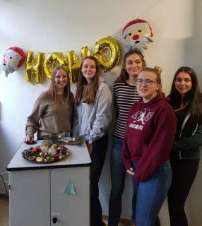 """""""Viel Spaß hatte die FHR 11b beim weihnachtlichen Schmücken des Klassenraums. Foto: SMMP/Hofbauer"""