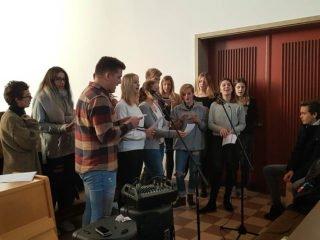 Die Gottesdienst-AG und der Chor prägten wieder den Gottesdienst. Foto: SMMP/Hofbauer