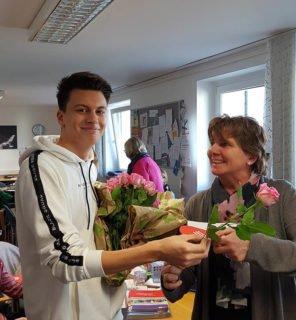 Lukas Rose überreichte auch Rosen im Lehrerzimmer, wie hier an Claudia Schunck. Foto: SMMP/Hofbauer