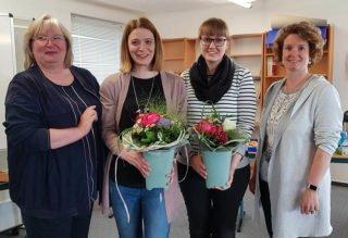 Schulleiterin Gaby Petry (l.) und ihre Stellvertreterin Kerstin Kocura (r.) gratulierten Inga Gerlings (2 v.l.) und Laura Stahl. Foto: SMMP/Hofbauer