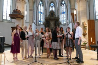 Den Gottesdienst gestalteten einige Absolventen gesanglich mit. Foto: SMMP/Hofbauer