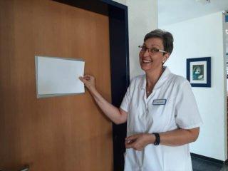 Was verbirgt sich ab Montag hinter der Tür? Was steht auf dem Schild? Ingrid Betken verrät es noch nicht. Foto: SMMP/Hofbauer