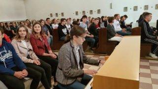 Lehrerin Lisa Kuckhoff begleitete den Gottesdienst zum Schuljahresbeginn musikalisch. Foto: SMMP/Hofbauer