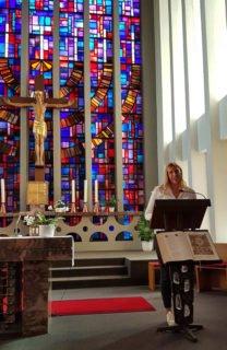 Chantal Köhler (Schulseelsorge) bot einen abwechslungsreichen Gottesdienst. Foto: SMMP/Hofbauer
