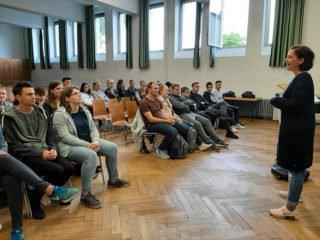 Schulsozialarbeiterin Irina Rebbe stellte allen 11er-Klassen das Schutzkonzept vor. Foto: SMMP/Hofbauer