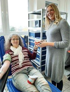 Auch Lehrkräfte - wie hier Anke Colonna und Chantal Köhler spendeten Blut. Foto: SMMP/Hofbauer