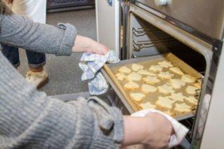 Die ersten Bleche werden aus dem Ofen gezogen. Foto: SMMP/Ulrich Bock