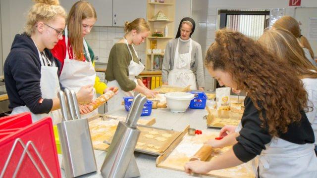 Das Interesse war groß: 30 Schülerinnen und Schüler hatten sich für die Back-Stunden angemeldet. Foto: SMMP/Ulrich Bock