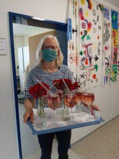 Alkoholfreie Cocktails und Rosen - das Kollegium ist sehr dankbar. Foto: SMMP / Hofbauer