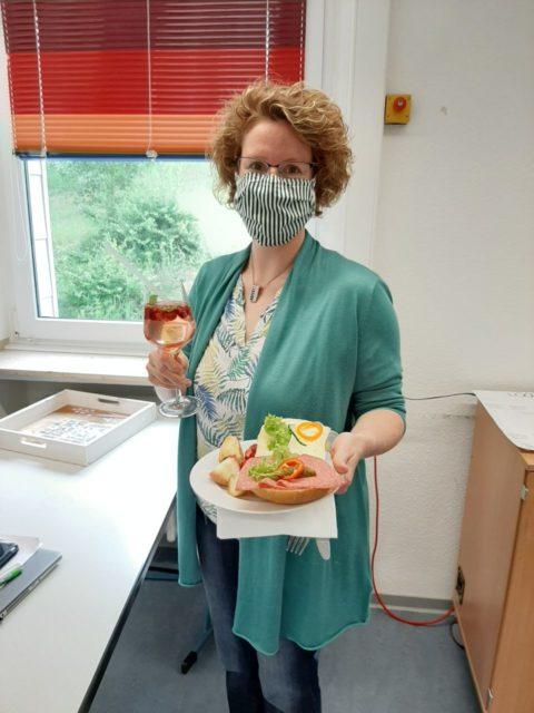 Die stellvertretende Schulleiterin Kerstin Kocura genoss das leckere Frühstücksbüffet. Foto: SMMP / Hofbauer