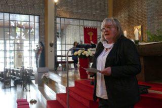 Schulleiterin Gaby Petry sprach den Absolventinnen und Absolventen Mut zu. Foto: SMMP / Hofbauer