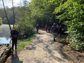 Bei Sonnenschein Unterricht in der freien Natur. Foto: SMMP / Krause