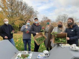 Dr. Martin Meise (links) und seine Studierenden freuten sich über eine reiche Ernte. Foto: SMMP / Hofbauer