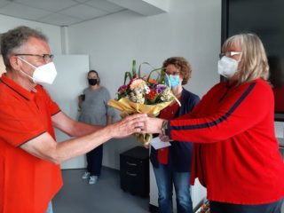Blumen für Reinhard Kutschke von Schulleiterin Gaby Petry (rechts) und ihrer Stellvertreterin Kerstin Kocura. Foto: SMMP / Hofbauer